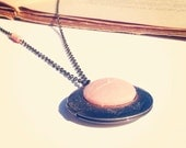 Sautoir médaillon photo camé bronze rond en tissu rose poudrée - Ambiance rétro / Souvenir / Cadeau