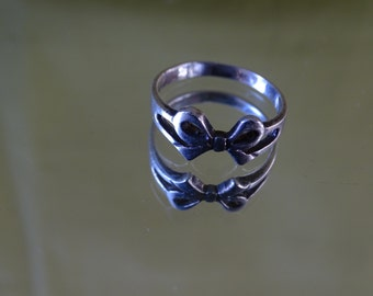 Vintage Sterling Silver Petite Bow Ring Size 6 3/4 US and N in UK & Aust