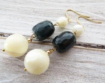 Mother of pearl earrings, green agate earrings, drop earrings, gemstone earrings, dangle earrings, stone earrings, beach jewelry, gioielli