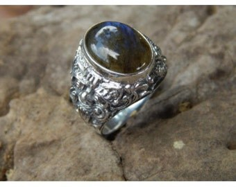 Silver ring rangda motif with Labradorite Stone