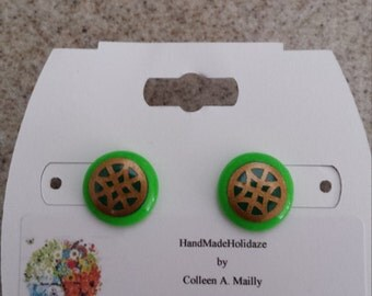 Button Earrings in Shades of Green with Gold Lattice
