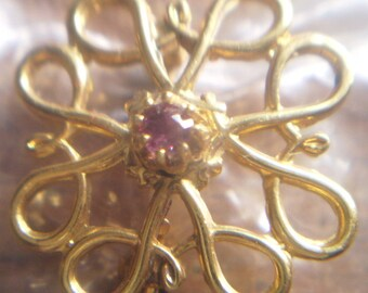 PRETTY 9ct solid gold and ruby openwork brooch