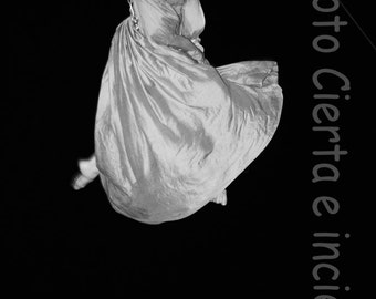 Flying 2 (Fine Art Photography. Circus. Dancer. Surrealism. Trapeze artist. Magic. Overnight. Show. Musica.Magia. Belleza.levitacion)