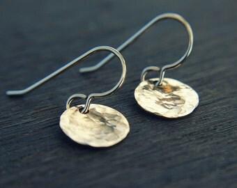 Hammered gold disc earrings - minimalist earrings - delicate earrings for everyday - circle earrings