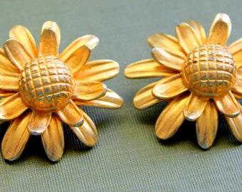 DAISY Earrings Clip On Gold Tone Vintage