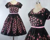 Vintage 50s Dress / 1950s ROSE PRINT Black Cotton Belted SUNDRESS Belted Border Print Roses Full Swing Skirt Pinup Garden Party M Medium