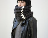 SOLDE /// The Warmer with contrasted line (In Charcoal and Cream) // Chunky cowl
