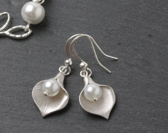 Bridesmaid earrings, Silver calla lily earrings with white pearl, white pearl wedding earrings, bridesmaid earrings, maid of honor gift