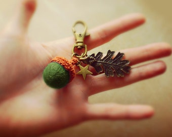 Brass keychain with green felt acorn and leaf. Woodland keychain.