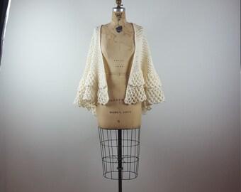 vtg 70s knit ruffle shawl | vintage 1970s crochet cape | capelet | wrap | osfm