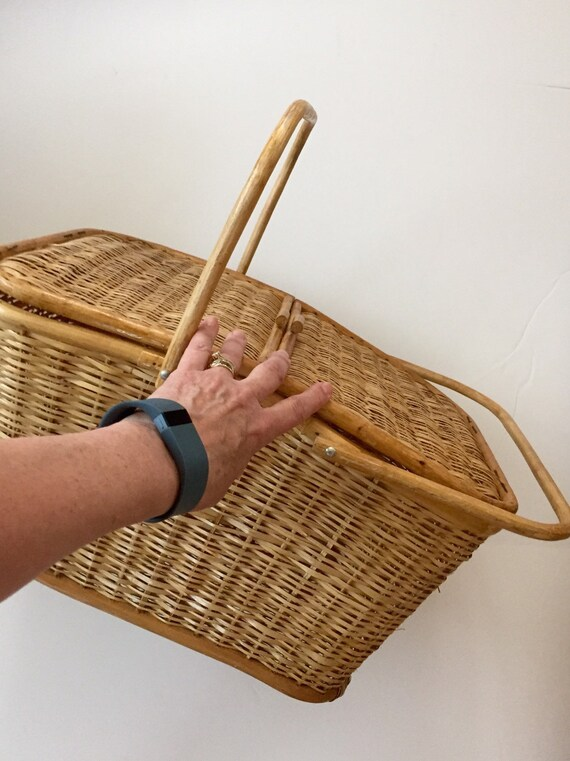 large wicker picnic basket with lid and handles 1960s summer. Black Bedroom Furniture Sets. Home Design Ideas