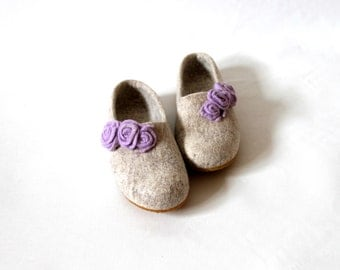 Woman wool slippers handfelted  wool clogs from natural beige wool decorated with lilac felt roses, Christmas gift, hause shoes valenki filz