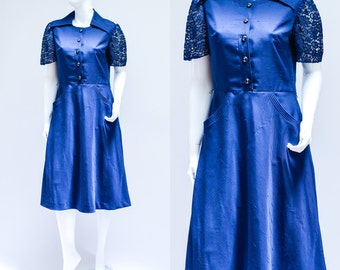 SALE Vintage Day Dress >> 1970s Blue Collar Tea Lace Sleeve Buttoned Dress >> Small Medium / UK 10 12 / Euro 38 40 / US 6 8