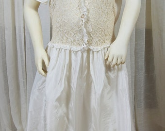 Miss Quality vintage childs dress. Near white taffeta and lace. 1950s, 60's.