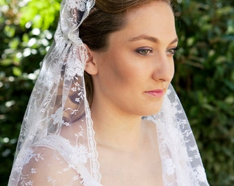 A beautiful Juliet Cap and Bridal Veil,  made out of soft, embroidered White French lace, Vintage style - the Roaring 20ies