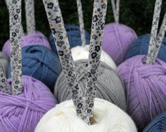 Knitting needles 5mm 30 cm straight needle set of 2 in a beautiful purple/lavender flower design leightweight aluminium