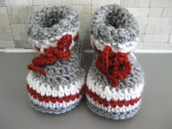 Patron Pantoufle style bas de laine avec revers Grandeurs : Nouveau-né, 03-06mois, 06-12mois, 12-18mois, 18-24mois
