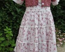 Robe tablier et petite veste courte rouges et blancs