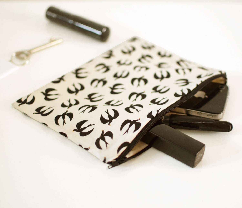 Pochette de rangement beige motifs hirondelles pochette for Pochette murale de rangement