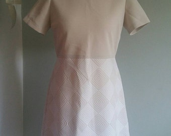"""1960s Beige and White shift Dress Bust 44"""""""