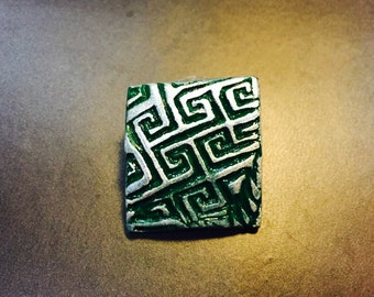 Square-shaped ancient pattern silver-colored dark green handcrafted dapper men's lapel pin