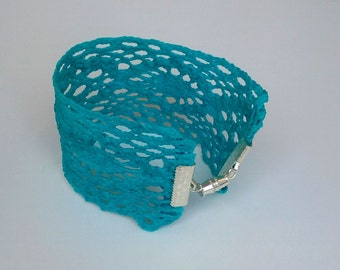 Bracelet with lace in blue
