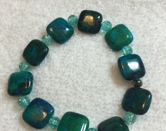 Green stone, glass accents, stretchy bracelet
