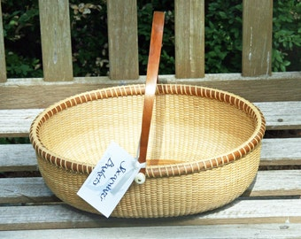12-inch oval Nantucket-style basket with handle