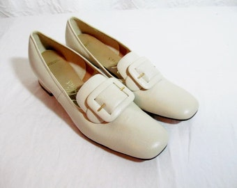 SALE Vintage Winter White Bone Shoes Leather Pumps  Low Heel 1960s. 7.5  7 1/2  Buckles ( was 35)