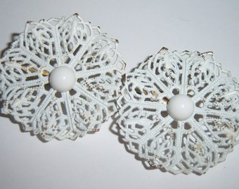 """vintage white """"lacy"""" round and raised some clip on earrings 1215C616"""