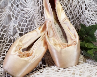 Ballet Toe Shoes, Vintage Point Shoes, Pink Satin, For Display Only, not for dancing