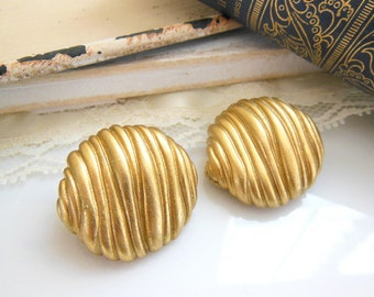 Vintage Brushed Gold Tone Wave Texture Circle Dome Clip On Earrings QQ17