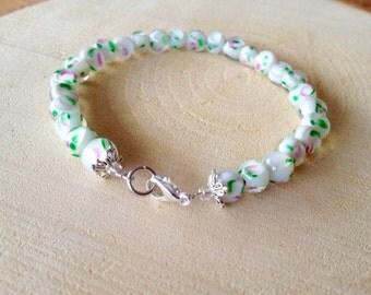 White bracelet. White rose bracelet. Rose bracelet. White glassbead bracelet. Delicate bracelet. Linnepin010