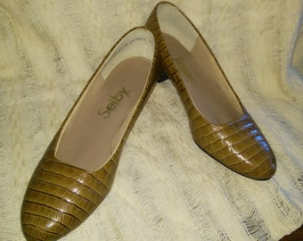 Classic women's, textured, faux alligator shoes, man made material, closed toe pump, size 7 C,  Selby brand, 1 3/4 inch heal, slight wear