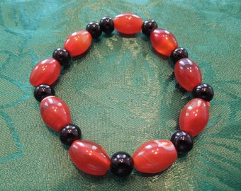 Vintage Bead Bracelet, Elasticated Amber and Black Glass Beads.  Excellent Condition.