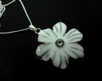 A lovely white enamel flower silver plated  pendant necklace.