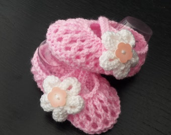 hand knitted baby shoes knitting pattern newborn, 0-3 and 3-6 months