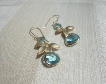 flower earrings gold. aqua blue drop earring. flower earrings dangle blue.  gold plated earrings. blue crystal earrings. sweet earrings