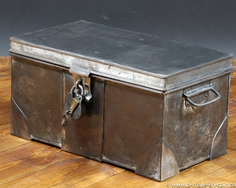 R702 small metal trunk