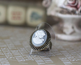 Ring Miss Grey, grey and white cam, vintage