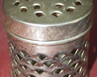 Metal pot pourri container with lid