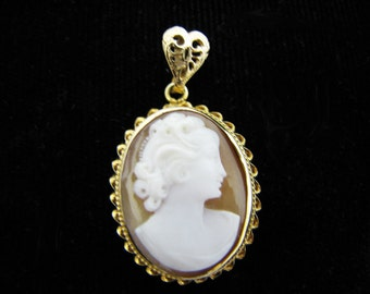 Beautiful Vintage Cabochon Cameo Pendant in 14k Yellow Gold