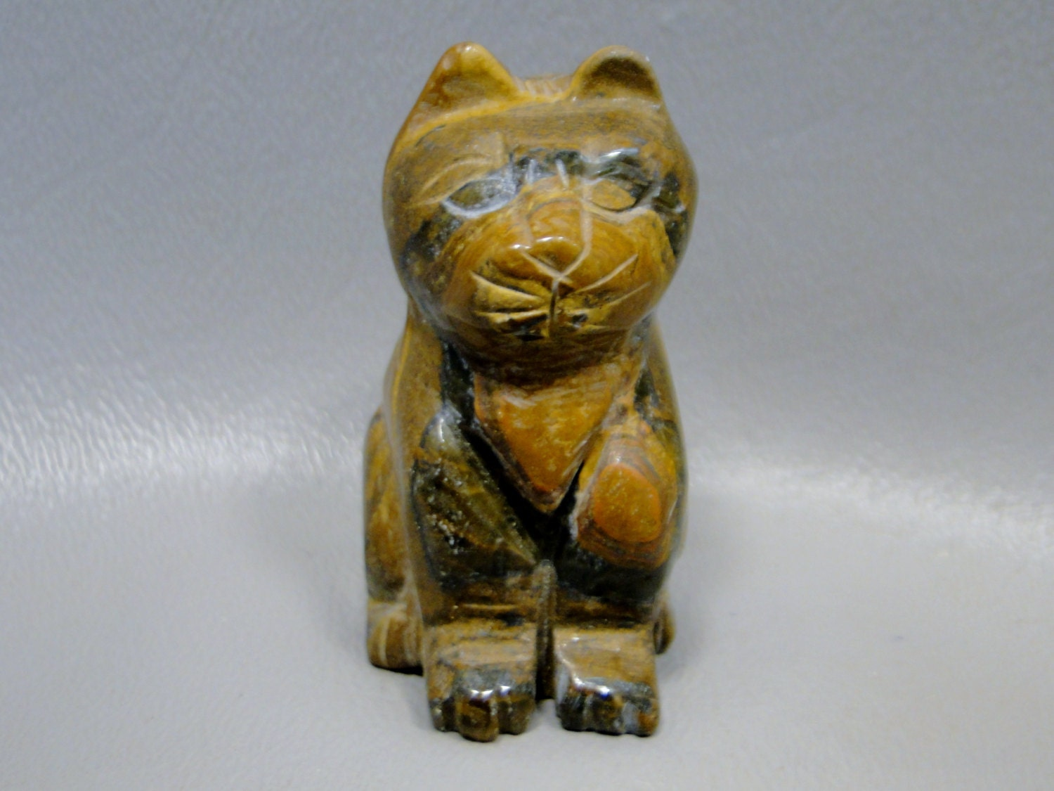 Cat carving tiger iron small carved animal healing stone