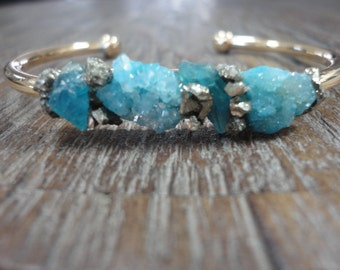Druzy and Raw Apatite with Pyrite Gold Cuff Open Bangle Bracelet/Blue Druzy/Modern Boho Bangle/Neon Blue Apatite/Raw Crushed Pyrite