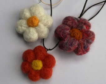 "Flower necklace - Daisy - Felted Pendant - 18"" - White - Mixed Colour"