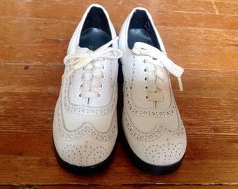 1960s White wingtip platform shoes Sz 7