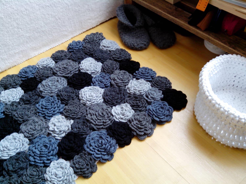 graue blumen teppich h keln grauen teppich stricken h keln. Black Bedroom Furniture Sets. Home Design Ideas