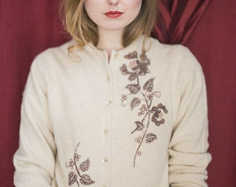 Adorable 1950's Vintage Cream Cardigan ~ Dusty Rose Pearl Vine Embroidery / Size Medium M / Vintage Sweater/ Wool sweater / 50s sweater