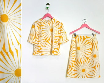 Vintage 1960s White and Yellow Daisy Skirt/Shirt Two Piece Set Size M