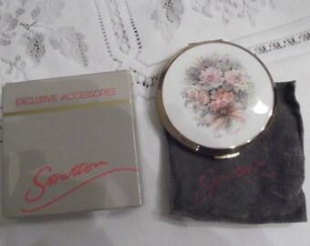 Stratton Powder Compact; Rondette; Featuring A Wedding Bouquet Design circa 1950's-1980's   DR2
